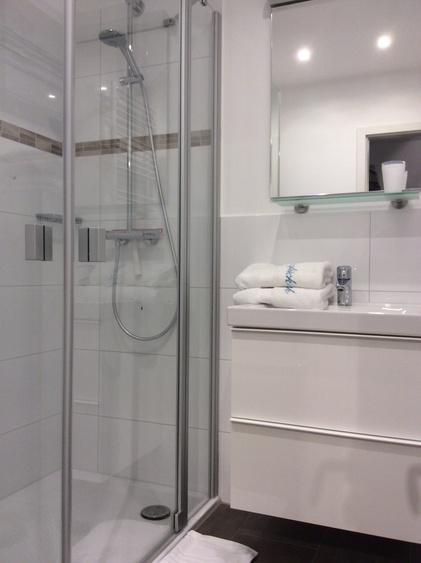 Luxusbadezimmer mit Raindance-Dusche