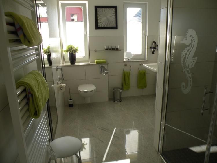 Helles, barrierefreies Bad. Dusche befahrbar, Duschstuhl vorhanden!