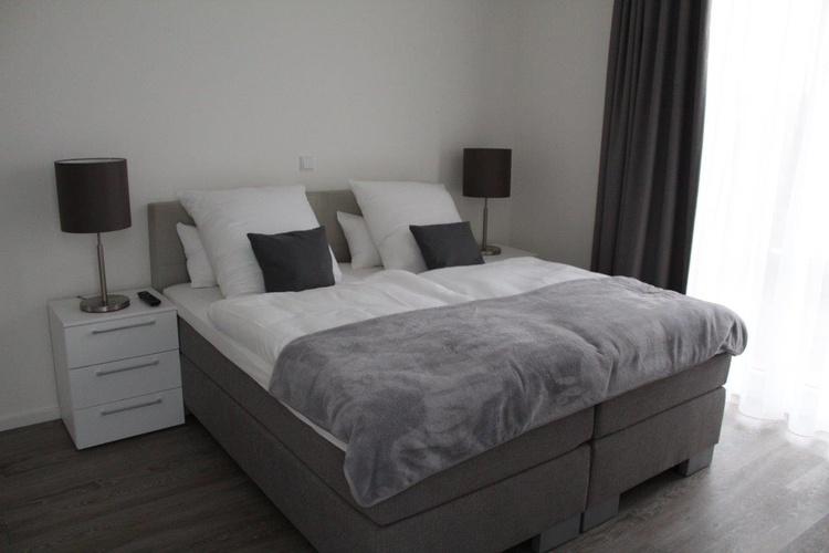 1. Schlafzimmer mit Boxspringbett 180 x 200