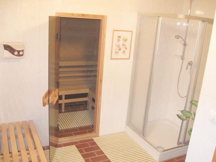 Saunavorraum mit Dusche