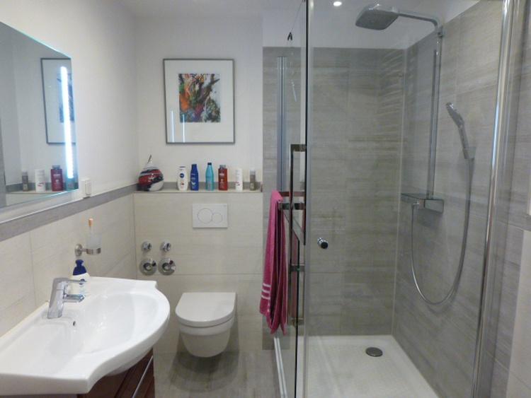 Neu renoviertes Badezimmer mit Regendusche und grosser Duschwanne (90x120 cm)