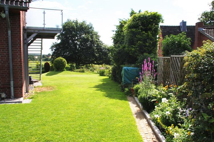 Treppe zur Ferienwohnung und Garten