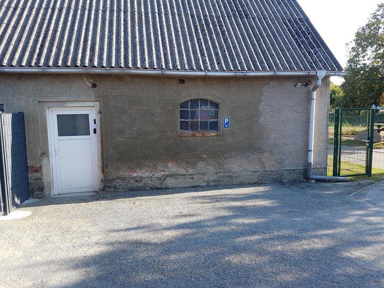 Blick von Haustüre auf Stellplatz mit dem dem daneben befindlichen Eingangstüre zum Außenbereich