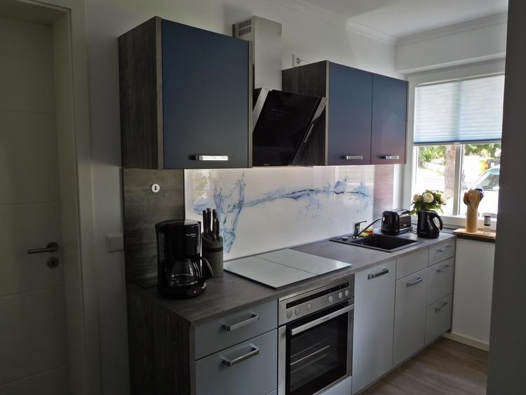 Küche mit Geschirrspüler, Kühlschrank und beleuchtbarem Glasbild mit Eiswürfel-Motiv