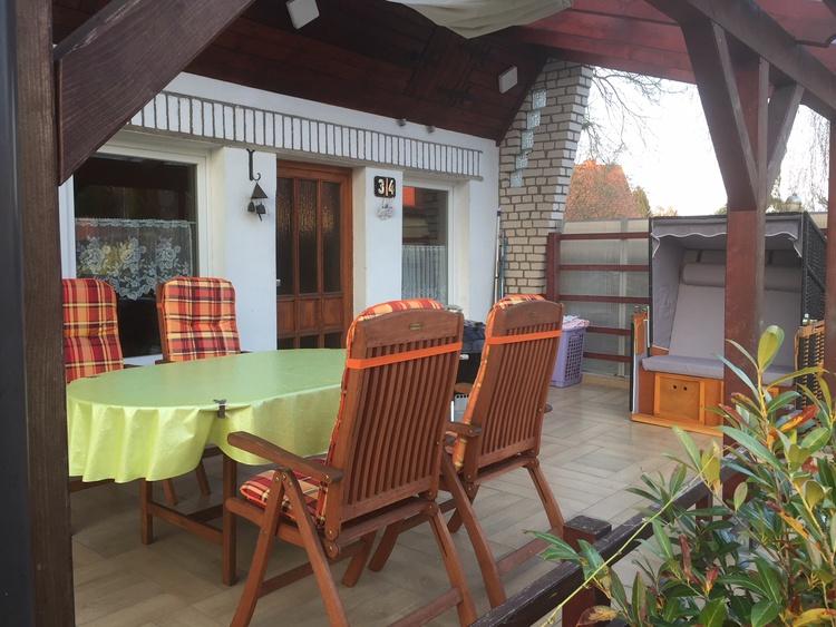 Terrasse mit Strandkorb und Grill