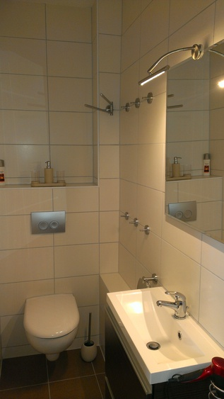Ihr moderner Waschtisch mit Kristallspiegel, LED-Beleuchtung und Fön.