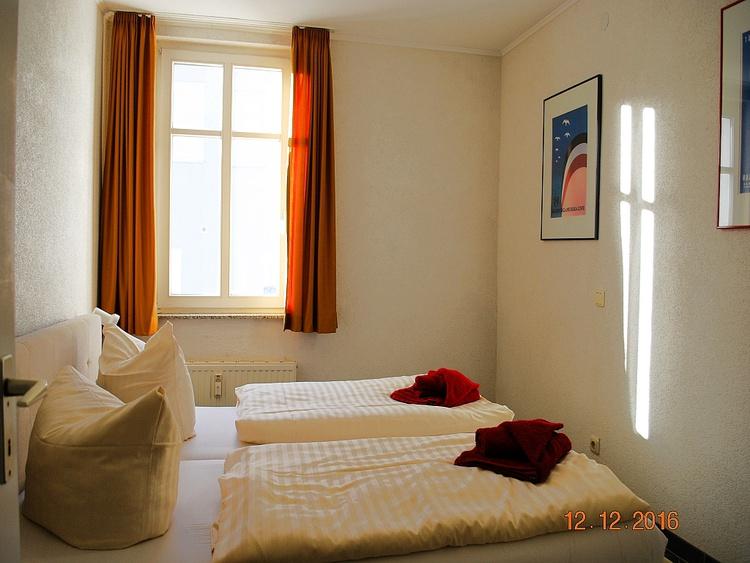 Blick in den 1. Schlafraum mit Doppelbett