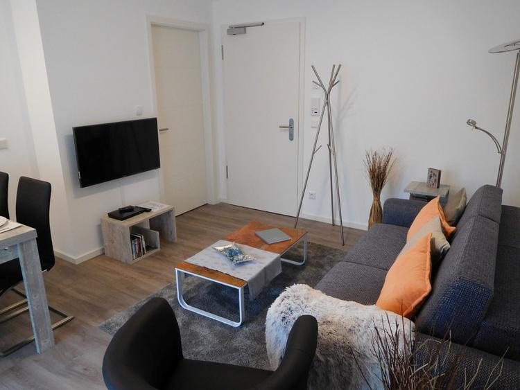 Wohnzimmer Blick Richtung Ausgang (re.) und Toilette (li.)