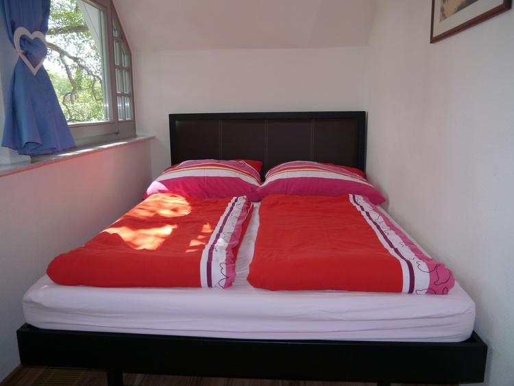 Doppelbett in der offenen Veranda