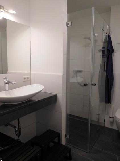 Hochwertiges Badezimmer mit ebenerdiger Dusche