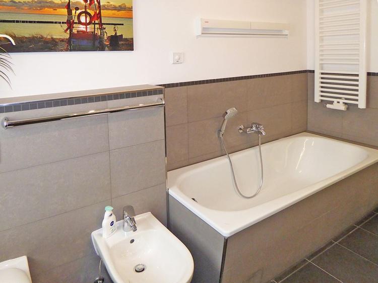 ... und emaillierter Stahlblech-Badewanne