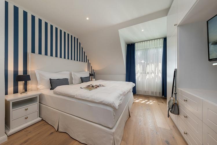 Schlafzimmer mit Boxspringbett und Einbauschrank
