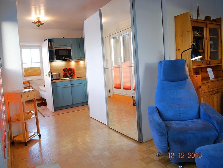 Blick vom Essplatz in den Wohnraum und zur Küche
