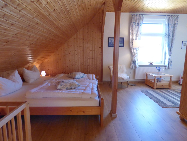 Schlafzimmer2-DB 200/200 mit Babybett