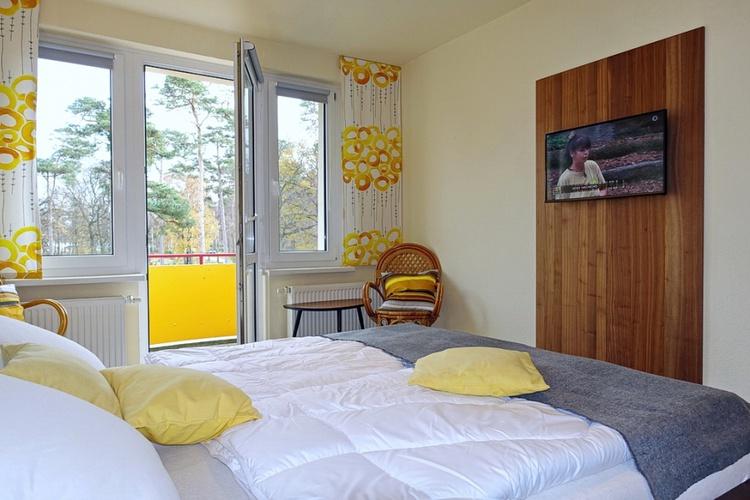 """Schlafzimmer mit Balkon und 32""""Fernseher"""