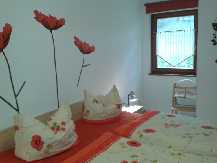 Schlafzimmer mit Schrankwand und gr. Spiegel