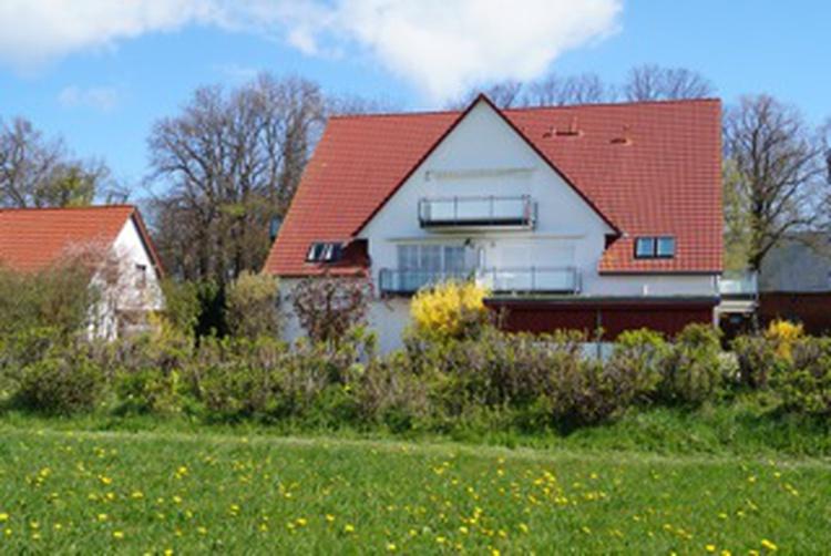 Appartementhaus von hinten mit großem Garten