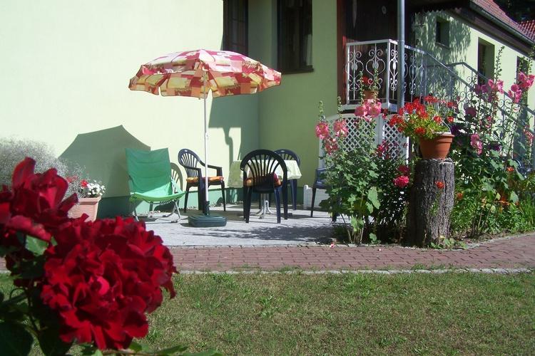 gemütliche Sitzecke mit Grill ,Sonnenschirm und Liegen