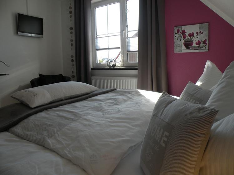 Komfortables Nächtigen im Doppelbett unter der Dachschräge