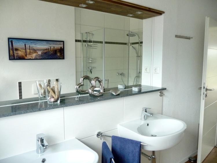 Großes Badezimmer mit Doppelwaschbecken