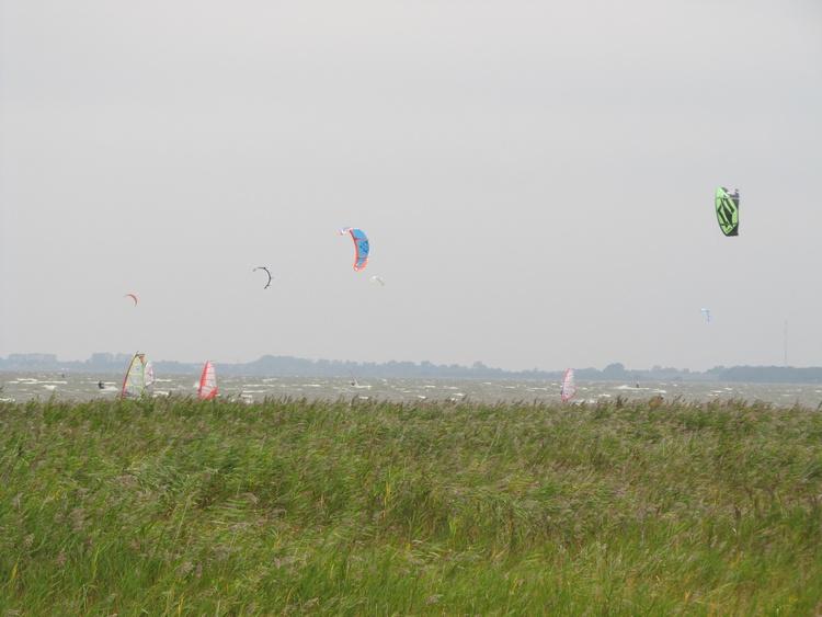 Vom Haus aus lassen sich in ca. 400m Entfernung die Surfer und Kiter beobachten
