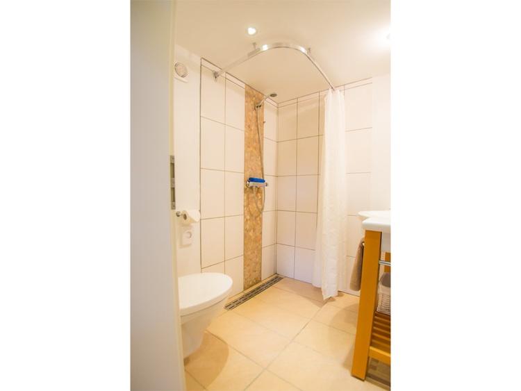 modernes Bad mit ebenerdiger Dusche und Handtuchtrockner