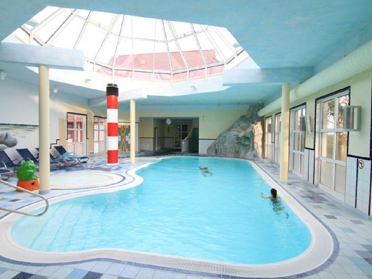 Hallenbad mit Wasserfall, Gegenstromanlage, Whirlpool... Saunaanlage: Dampfbad... Freier Eintritt