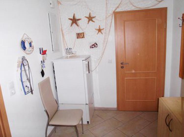 Korridor auf der gegenüberliegende Seite ist der Spiegel mit Garderobe