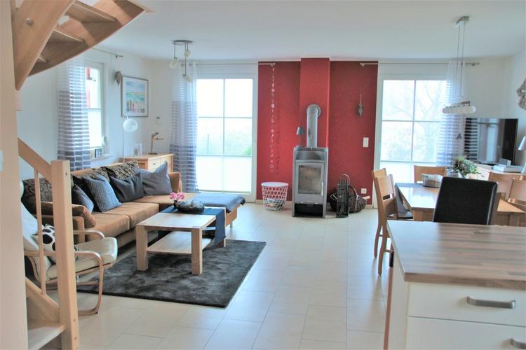 Wohnraum mit Kamin und offener Küche