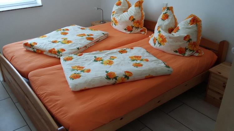 Schlafzimmer 1-Betten bezogen
