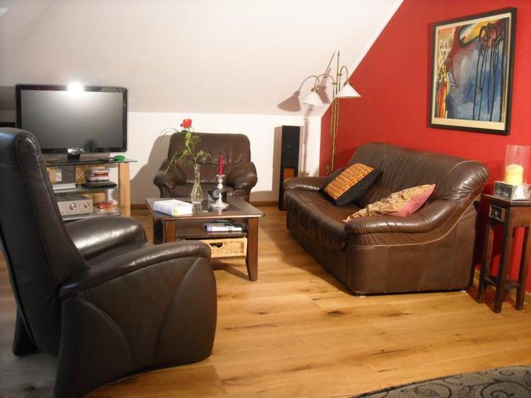 Eichendielen und Ledermöbel (Schlafsessel) im gemütlichen Wohnschlafzimmer
