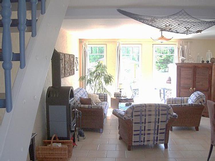 Wohnbereich mit Kamin und Flachbild TV