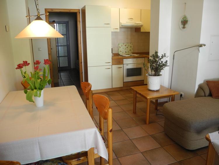Wohnzimmer/Blick in den Küchenbereich