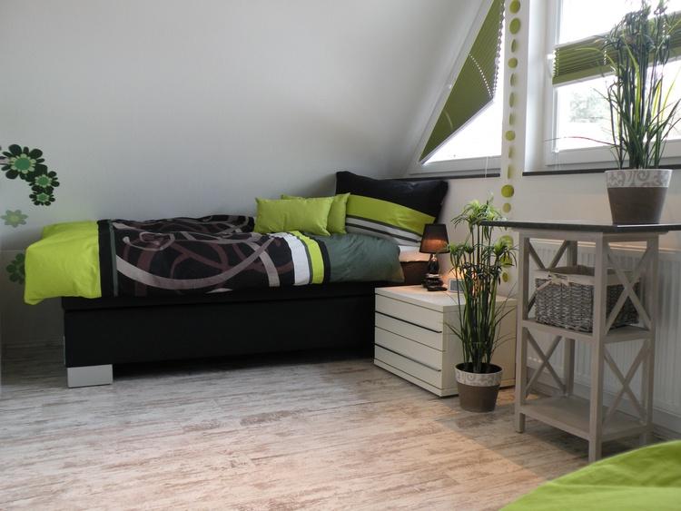 Helles Giebelzimmer mit zwei Einzelbetten, TV
