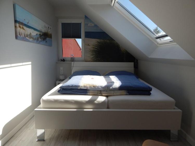 1. Schlafzimmer oben mit TV u. sehr hochwertigen Matratzen u. Wasserblick