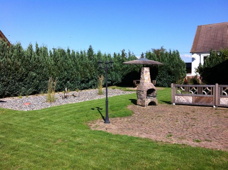 komplett umzäunter Garten mit Grill