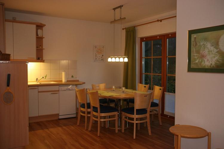 Blick auf die gemütliche Essecke im Küchenbereich