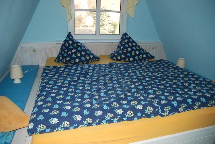 eingebautes Doppelbett auf dem Spitzboden