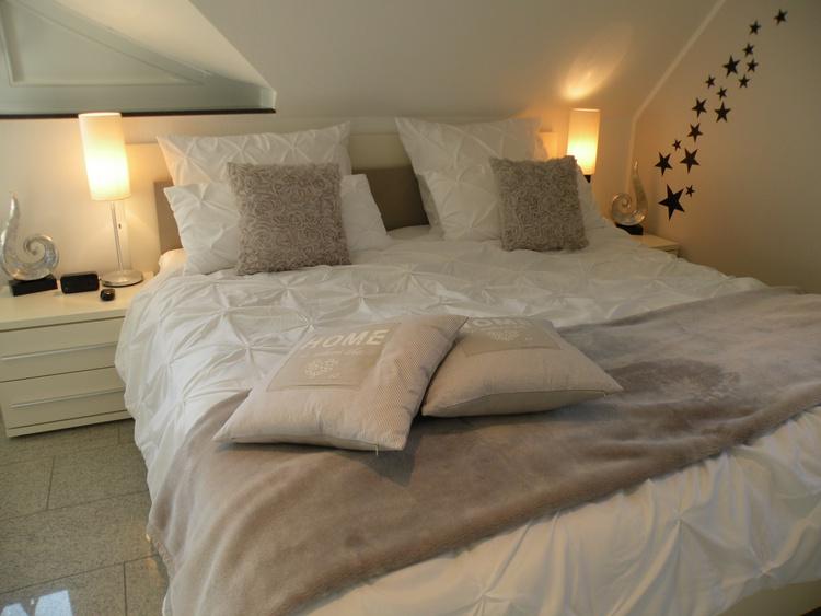 Komfortables Nächtigen im Doppelbett unter der Dachschräge. TV