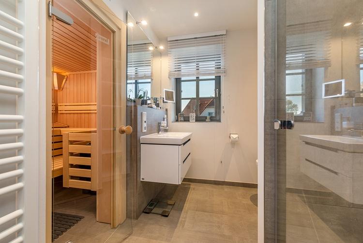 großes Badezimmer Obergeschoss mit Sauna