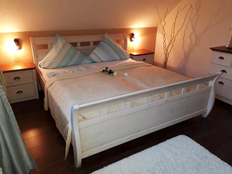 ruhiges großes Schlafzimmer mit viel Stauraum