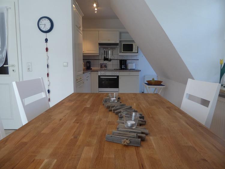 Blick in die Küche mit Tür zum Ost-Balkon