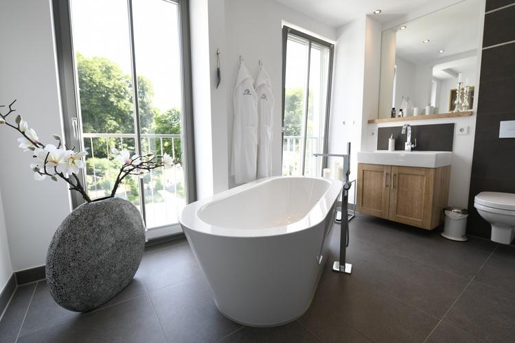 Wellnessbad mit freistehender Badewanne