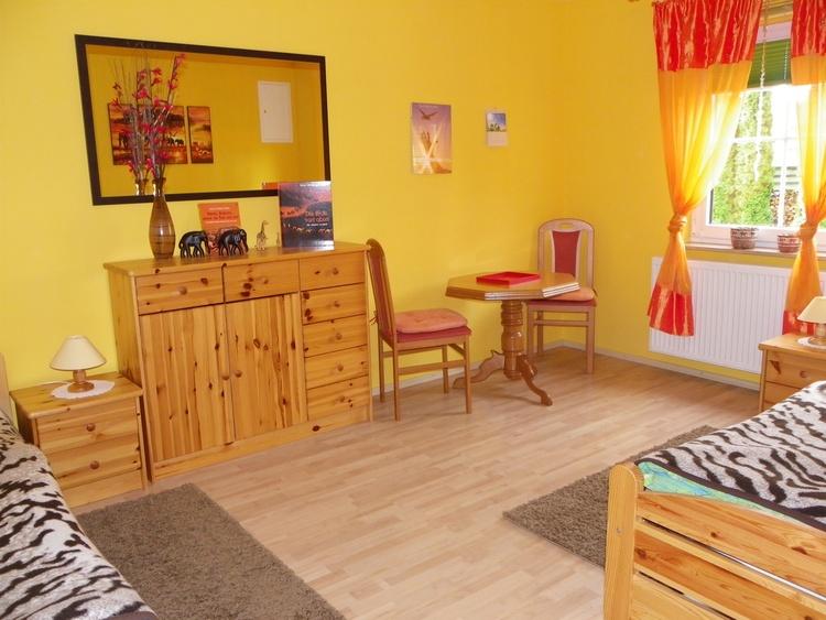 Zweites Schlafzimmer mit zwei Einzelbetten die man auch zusammen schieben kann.