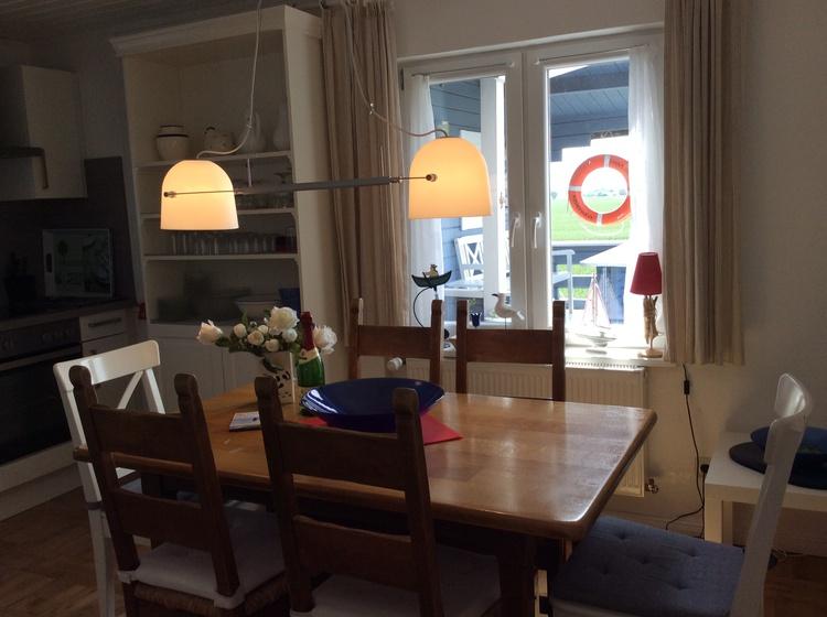 Tisch vor dem Fenster mit Blick nach Nurg