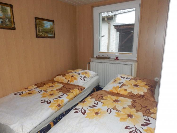 Der Schlafraum mit geräumigen Betten und Morgensonne