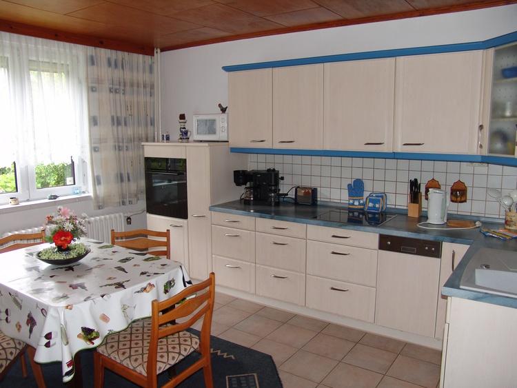 Die gut ausgestattete Wohnküche mit dem großen Esstisch bietet alle kulinarischen Möglichkeiten.
