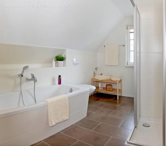 Bad im OG mit Dusche/WC und Badewanne