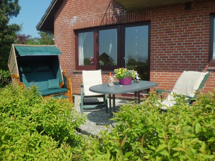 Terrasse mit Strandkorb,Gartenmöbel und Grill