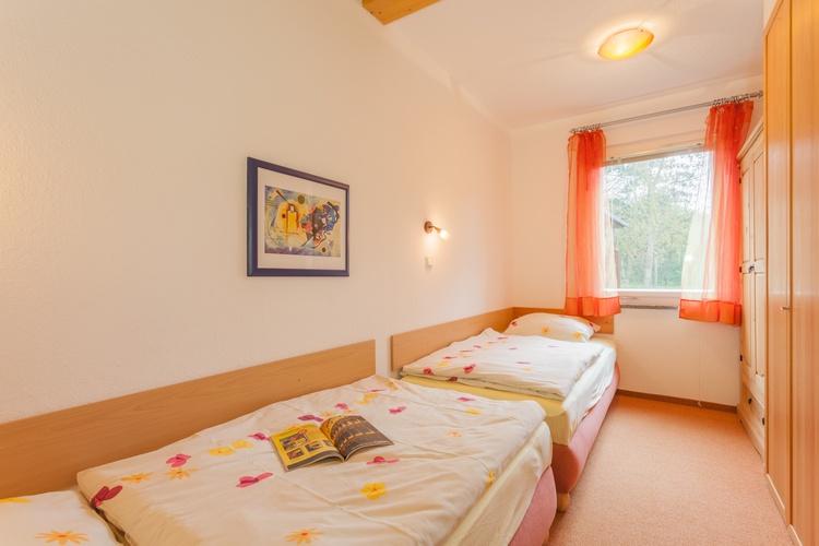 Schlafzimmer mit zwei Einzelbetten (90x200) und Kleiderschrank